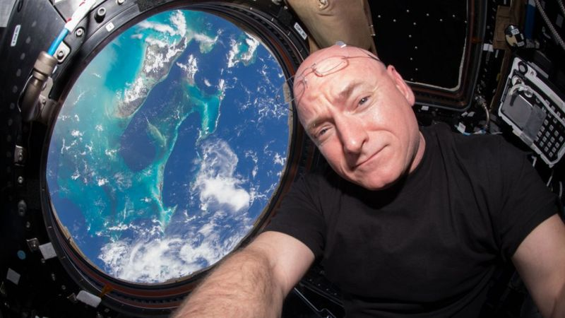 Astronauta conta como conseguiu sobreviver um ano no espaço com uma fantasia de gorila